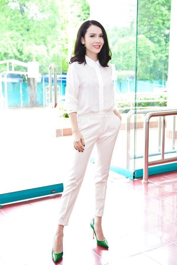 """<p> Set đồ """"white on white"""" kết hợp với màu xanh tương phản của đôi giày cao gót giúp Yến Trang cá tính và phong cách.</p>"""