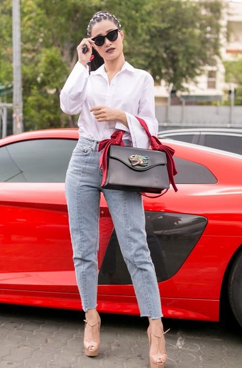 <p> Đông Nhi trở nên thật sành điệu trong trang phục sơ mi trắng quần jeans kết hợp với túi xách, giày cao gót và mắt kính hàng hiệu.</p>
