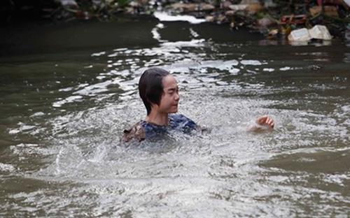Minh Hằng bị rơi xuống sông rác khiến cô ám ảnh.