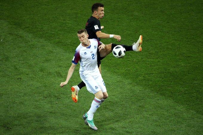 """<p> Sớm giành vé trước một vòng đấu nhưng Croatia vẫn không có ý định """"buông"""" trận đấu thủ tục với Iceland. Thắng đại diện đến từ Bắc Âu với tỉ số 2-1, Croatia đã """"góp một tay"""" giúp Argentina lọt qua khe cửa hẹp vào vòng trong.</p>"""