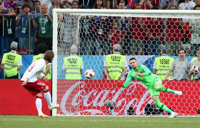 """<p> Gặp đối thủ khó chịu Đan Mạch ở vòng 1/8, Croatia đã phải """"toát mồ hôi"""" khi chỉ có thể đi tiếp sau chiến thắng trên loạt luân lưu cân não. Thủ môn Subasic của Croatia chính là ngôi sao sáng nhất của trận đấu với 3 pha cản phá penalty của đối thủ.</p>"""
