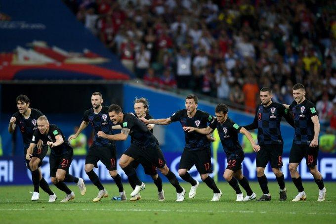 <p> Lại thêm một trận đấu mà Croatia phải giải quyết trên loạt sút luân lưu đầy may rủi. Tài năng của thủ môn Subasic tiếp tục được thể hiện. Nạn nhân lần này của Croatia chính là chủ nhà Nga, đội bóng đã gây bất ngờ khi loại ứng cử viên Tây Ban Nha ở vòng 1/8.</p>
