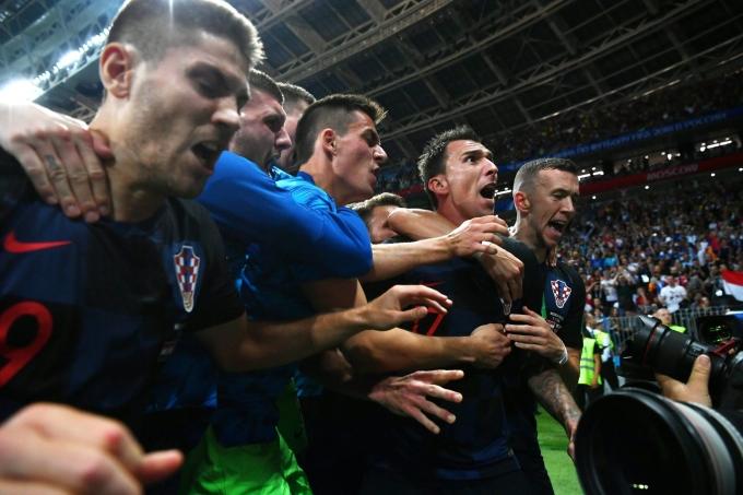 """<p> Bị Tam Sư ghi bàn dẫn trước ngay phút thứ 5, công thêm thể lực bị bào mòn qua 2 trận đấu trước, Croatia đã may mắn có bàn thắng gỡ hòa bằng phút tỏa sáng của Ivan Perisic trước khi Mandzukic làm """"nổ tung cầu trường"""" khi ấn định màn ngược dòng cho Croatia ở hiệp phụ thứ 2.</p> <p> 22h tối 15/7 (giờ Việt Nam), Croatia và Pháp sẽ đối đầu trong trận chung kết được cả thế giới theo dõi.</p>"""