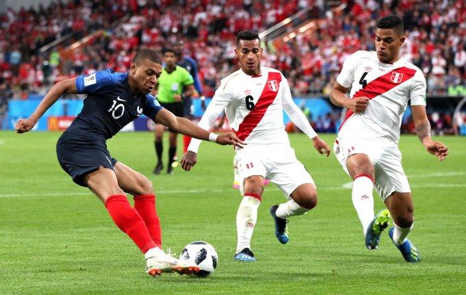 <p> Thêm một trận thắng với cách biệt tối thiểu trước Peru, ĐT Pháp thể hiện một lối chơi thiếu điểm sáng và nhàm chán. Nhưng HLV Deschamps không quan tâm đến điều đó, điều quan trọng là ĐT Pháp của ông đã giành quyền vào vòng knock-out sớm 1 vòng đấu.</p>