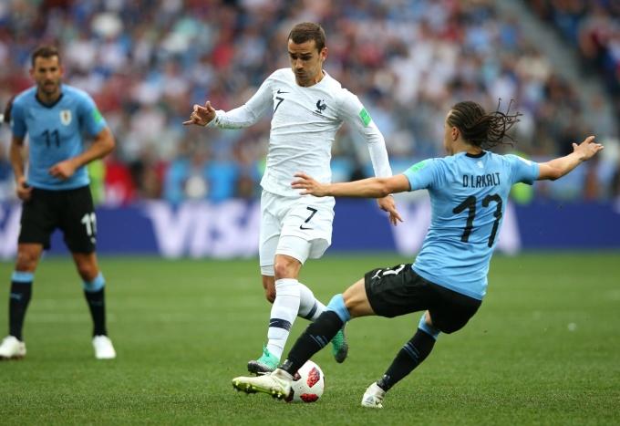 """<p> Lại một lần nữa thần may mắn mỉm cười với Pháp tại World Cup. Lần này là trong trận thắng ĐT Uruguay 2-0. Đại diện Nam Mỹ bước vào trận đấu với lực lượng không phải mạnh nhất. Đã vậy Pháp còn được thủ môn Uruguay """"tặng quà"""" với một pha bắt bỏng ngớ ngẩn.</p>"""