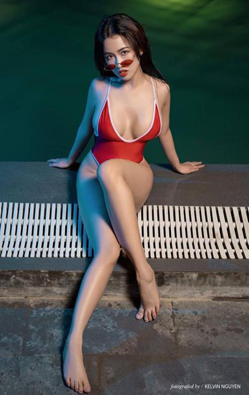 Trang Moon khiến fan choáng váng khi mặc đồ tắm hở bạo, khoe ba vòng bỏng mắt.