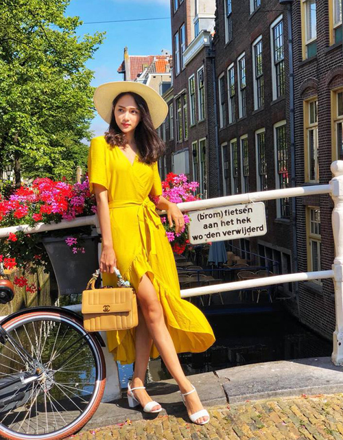 Hương Giang hóa quý cô e ấp dưới ánh nắng của xứ sở hoa tulip Hà Lan.