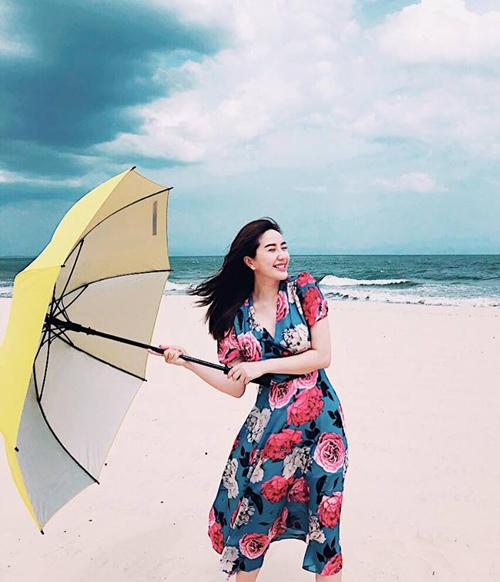 Bảo Thy tươi rói như bông hoa trên biển.