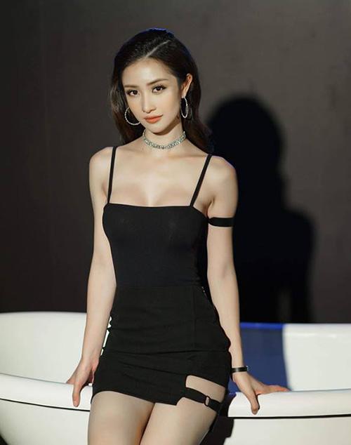 Một bộ phận hot girl Việt khác lại chạy đua theo cuộc chiến sexy hóa từng ngày, người chăm chỉ tập gym, người lại viện đến dao kéo để có thân hình nóng bỏng. Jun Vũ là một đại diện mới nhưng cũng rất nổi bật trong số các hot girl đang theo đuổi phong cách sexy hiện nay.