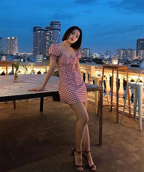 Dù những xu hướng kiểu Tây có du nhập vào Việt Nam thì văn hóa ăn mặc kiểu Hàn Quốc vẫn có sức ảnh hưởng lớn. Chi Pu là một trong những cô gái xây dựng thành côngstyle ngọt ngào mà sexy chẳng kém các idol Hàn.