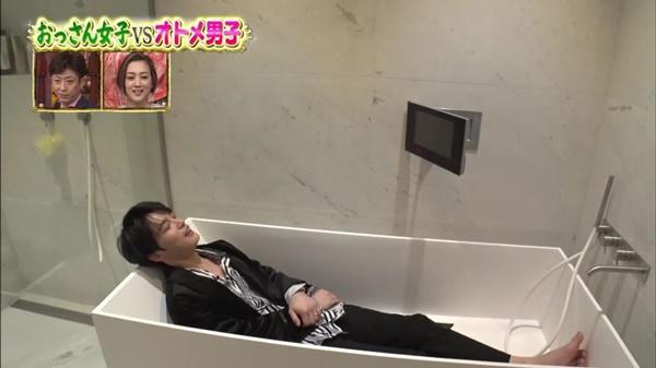 Nam idol cho khán giả thấy cảm giác nằm trong bồn tắm xem TV thư giãn như thế nào.