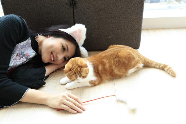 Quỳnh Châu như trẻ con khi nằm nhà chơi với mèo cưng nhân ngày rảnh rỗi.