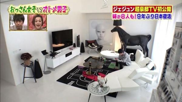 Phòng khách nhà Jae Joong thoáng đãng, có tông đen - trắng chủ đạo và được bày biện nhiều đồ trang trí, đặc biệt là những tác phẩm nghệ thuật hiện đại. Chiếc đèn hình ngựa độc đáo là món có giá rẻ nhất trong phòng khách, 7.100 USD.