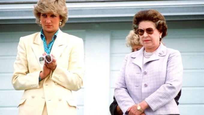 """<p> Lý giải về nguyên nhân có sự khác biệt giữa thái độ của Nữ hoàng, nguồn tin cho biết: """"Nữ hoàng thấy thoải mái khi ở cạnh Meghan, một người Mỹ cởi mở, vui vẻ. Trong khi đó, Công nương Diana là người phụ nữ mạnh mẽ hơn nhiều"""".</p>"""