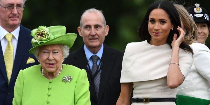 <p> Hoàng tử Harry rất hài lòng về mối quan hệ bà cháu tốt đẹp của Nữ hoàng và vợ. Nữ hoàng từng tặng Meghan đôi bông tai kim cương trong chuyến đi xa đầu tiên của hai bà cháu hồi tháng trước.</p>