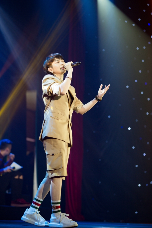Gil Lê hát chay ca khúc Rolling in the deep trên sân khấu tặng fan.