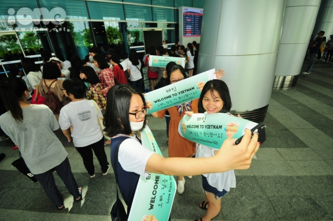 <p> Họ mang theo nhiều banner, lightstick, album của nhóm nhạc được fans đón thành viên trẻ tuổi nhất nhóm sang Việt Nam.</p>