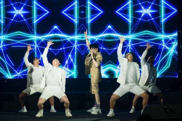 Nữ ca sĩ cũng hé lộ ca khúc mới sắp phát hành mang tên Calling U. Lần đầu tiên trên sân khấu Gil Lê thể hiện khả năng vũ đạo đẹp mắt của MV khiến fan tò mò chờ sản phẩm hoàn chỉnh.