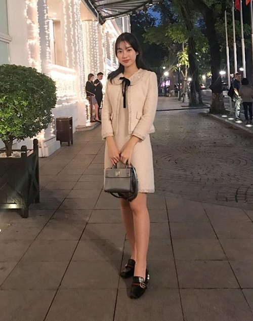 Hoa hậu cũng sở hữu một phiên bản mini của chiếc Diorever để kết hợp cùng những trang phục điệu đà hơn. Đôi giàyloafer đen của Gucci giá gần 30 triệu đồng cũng là một món hàng hiệu được Mỹ Linh rất cưng và diện liên tục.