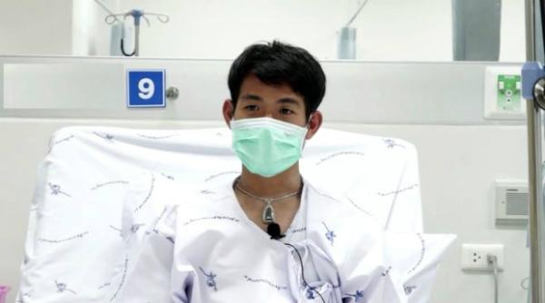 Cậu bé được chăm sóc cách ly trong bệnh viện tại Chiang Rai. Ảnh: AP