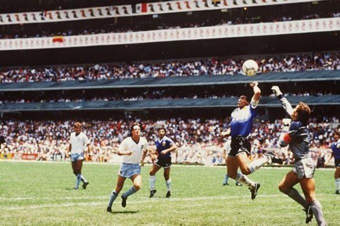 """<p> Bàn thắng huyền thoại """"Bàn tay của Chúa"""" đầy tranh cãi của huyền thoại Diego Maradona vào lưới đội tuyển Anh tại Mexico 86.</p>"""