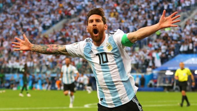 <p> Với cú sút hạ gục thủ thành Nigeria trong trận cuối vòng bảng, Lionel Messi là cầu thủ duy nhất từng ghi bàn thắng ở tuổi teen, U20 và U30 tại lịch sử vòng chung kết World Cup. Anh đã tham gia thi đấu cho đội tuyển Argentina 4 lần vào các năm 2006, 2010, 2014 và 2018.</p>