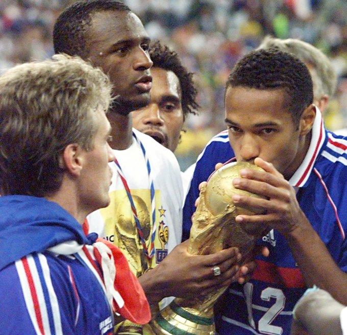 <p> 20 năm sau hình ảnh Henry hôn chiếc cúp vàng sau khi đội tuyển Pháp lên ngôi tại World Cup 98, giờ đây Les Bleus có cơ hội tái lập lịch sử thêm lần nữa.</p>