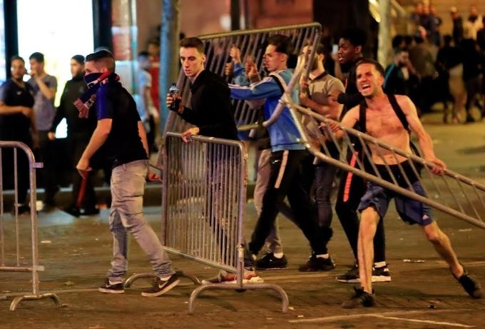 <p> Sau khi Pháp vượt qua Bỉ ở bán kết, cảnh sát Paris đã có một đêm mất ngủ khi màn ăn mừng của hàng ngàn cổ động viên trở thành quá ồn ào.</p>