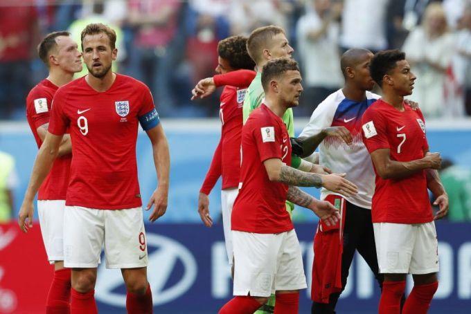<p> Mặc dù có thành tích khá khẩm hơn những lứa trước đây, đội tuyển Anh năm nay vẫn gây thất vọng bởi sự thể hiện kém cỏi khi đối đầu với những đội bóng mạnh. Dừng chân ở vị trí thứ 4 và không có chiếc Cúp nào đưa về nhà, Tam sư lộ rõ chỉ là… sư tử giấy.</p>