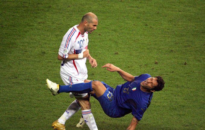 <p> Cái húc đầu vào ngực Marco Materazzi trong trận chung kết World Cup 2006 sẽ mãi khắc sâu trong tâm trí Zinedine Zidane.</p>