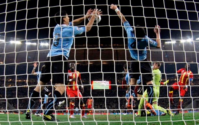 <p> Pha dùng tay cản phá bàn thua mười mươi của Luis Suarez khiến đội tuyển Ghana phẫn nộ.</p>