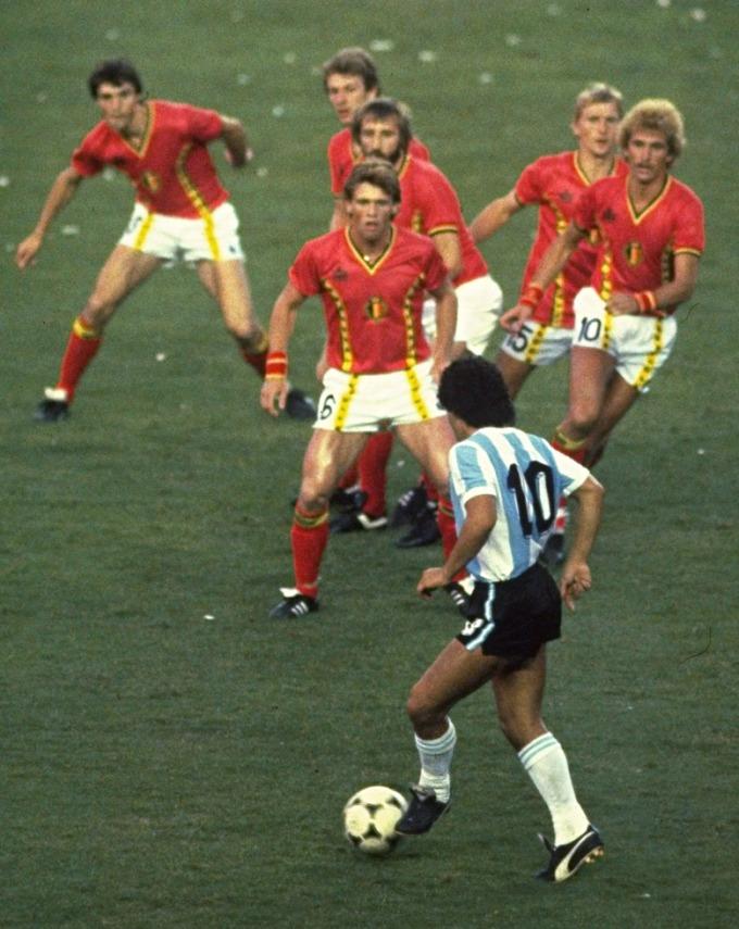 <p> Một mình Maradona đối mặt 6 cầu thủ tuyển Bỉ trước khi tạo nên 1 trong những bàn thắng đẹp mắt nhất lịch sử World Cup.</p>