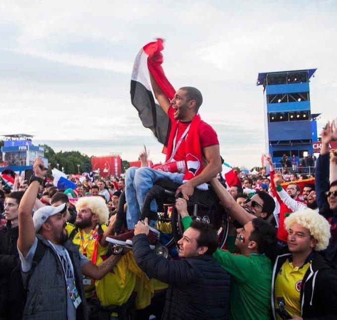 <p> Khoảnh khắc cảm động về tinh thần nhân văn và sự gắn kết mà bóng đá mang lại: các cổ động viên của đội tuyển Mexico và Colombia cùng nhau nhấc bổng một cổ động viên khuyết tật đến từ Ai Cập để anh nhìn thấy đội bóng quê hương thi đấu qua màn hình lớn.</p>