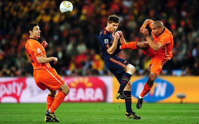<p> Cú kung-fu thẳng vào ngực tiền vệ Xabi Alonso của Nigel De Jong trong trận chung kết World Cup 2010 được gán mác là pha bóng bạo lực nhất kỳ World Cup năm ấy.</p>