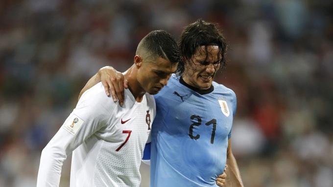 <p> Cristiano Ronaldo dìu đối thủ Cavani rời sân vì chấn thương trong trận đấu mà Bồ Đào Nha bị Uruguay đánh bại với tỉ số 2-0 ở vòng 1/16. Hành động đẹp của Ronaldo đã khiến các CĐV hai đội trên khán đài đồng loạt đứng dậy vỗ tay ủng hộ.</p>