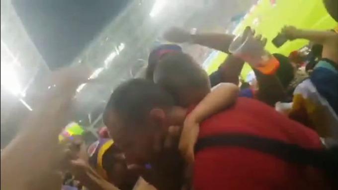 <p> Cổ động viên Colombia an ủi một chàng trai fan đội tuyển Ba Lan sau khi nước này thảm bại 0-3 trước Colombia và bị loại khỏi World Cup.</p>