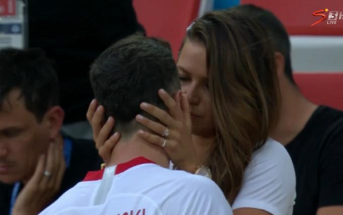 <p> Mặc dù thất bại trong trận đầu ra quân, tiền đạo Robert Lewandowski của đội Ba Lan vẫn được vợ an ủi ngay sau trận đấu bằng một nụ hôn ngọt ngào.</p>