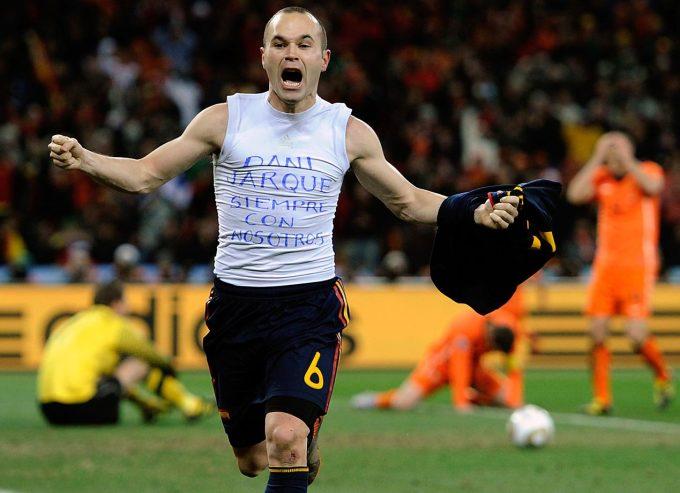 <p> Andres Iniesta ăn mừng điên cuồng sau bàn thắng duy nhất đưa đội tuyển Tây Ban Nha lên ngôi World Cup 2010.</p>