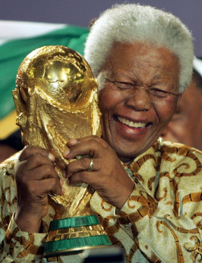 <p> Cố tổng thống Nam Phi Nelson Mandela cười rạng rỡ trong ngày đất nước ông giành được quyền đăng cai World Cup 2010. Nam Phi chính là quốc gia ở lục địa đen đầu tiên đăng cai tổ chức 1 kỳ World Cup.</p>