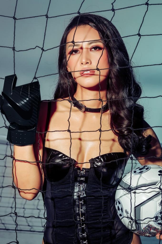 <p> Trước giờ G chung kết World Cup sẽ diễn ra vào tối nay, cô nàng tung bộ ảnh với phong cách sexy, khoe sự khoẻ khoắn, đầy tinh thần thể thao.</p>