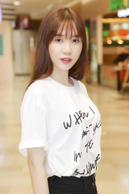 Với thiết kế đơn giản nhưng khá bắt mắt, dễ kết hợp trang phục, chiếc áo được rất nhiều người đẹp như Hà Hồ, Quỳnh Hương, Mâu Thủy... cùng sắm về.
