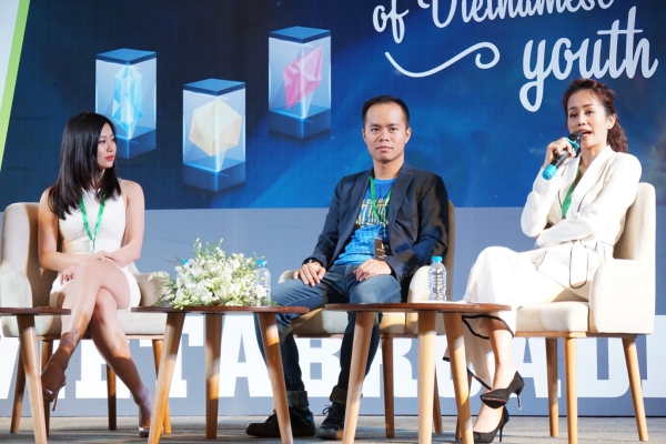 Cuối tuần qua, An Nguy xuất hiện tại một buổi tư vấn với vai trò diễn giả cùng các bạn trẻ. Nữ vlogger diện bộ vest chững chạc, thân thiện giao lưu với các bạn trẻ trẻ.