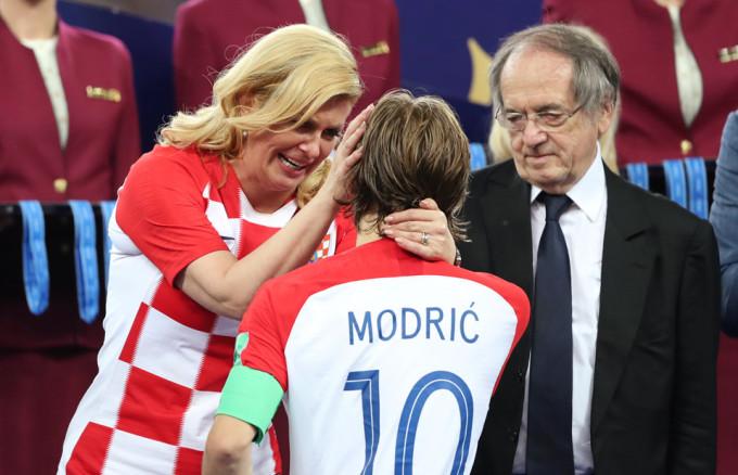 <p> Khoảnh khắcGrabar-Kitarovic lau nước mắt cho Modric trở thành bức ảnh gây bão mạng thế giới.</p>