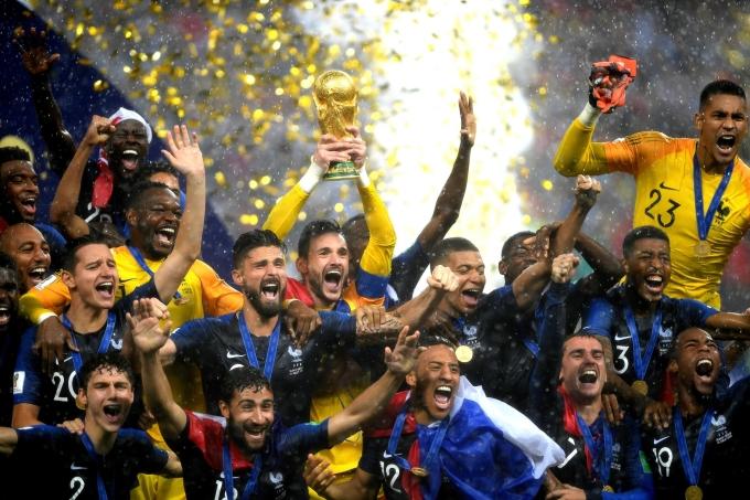 <p> Các cầu thủ Pháp sung sướng trong khoảnh khắc trao cúp vàng dưới một cơn mưa nặng hạt.</p>