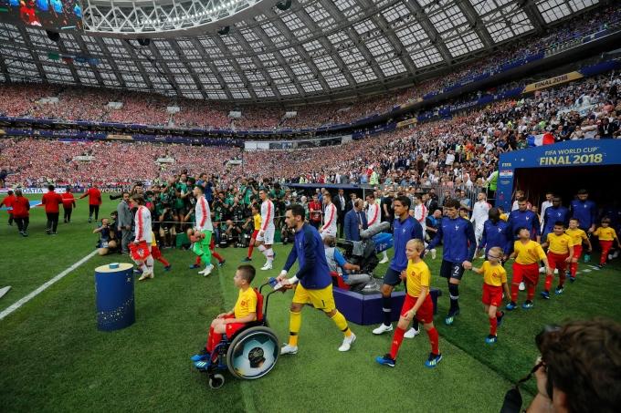 <p> Hình ảnh xúc động khi thủ thành Hugo Lloris dẫn một cậu bé mascot ngồi xe lăn tiến ra sân làm lễ.</p>