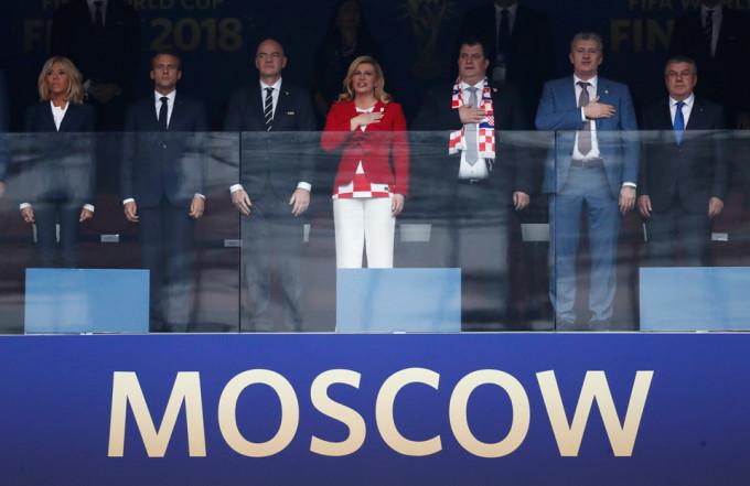 <p> Tổng thống Kolinda Grabar-Kitarovic và người đồng cấp ở Pháp, Emmanuel Macron đã tới Nga để dự khán trận chung kết giữa đội tuyển Croatia và Pháp. Trên khán đài VIP của sân vận động Luzhniki còn có sự xuất hiện của phu nhân Tổng thống Pháp, Chủ tịch FIFA Gianni Infantino, huyền thoại bóng đá của Croatia Davor Suker cùng nhiều nhân vật nổi tiếng khác.</p>