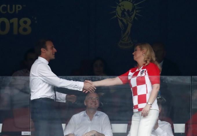 <p> Cả hai nguyên thủ đã bắt tay lịch thiệp, đầy thiện cảm trước khi trận đấu diễn ra.</p>
