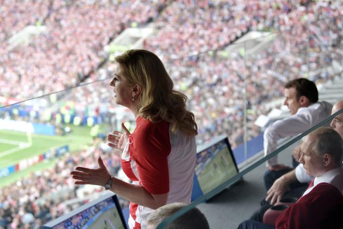 <p> Trên khán đài, cả hai đều chăm chú theo dõi từng diễn biến trận đấu.</p>