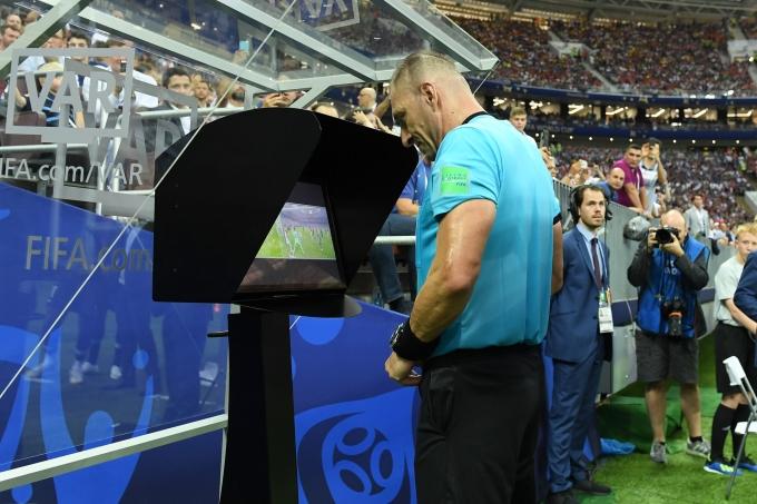 <p> Trọng tài Nestor Pitana tập trung theo dõi lại tình huống gây tranh cãi bằng công nghệ VAR trước khi cho Pháp hưởng một quả phạt đền. Công nghệ VAR đã giúp cho kỳ World Cup trở nên minh bạch và công bằng hơn, nhưng vẫn còn không ít bàn cãi.</p>