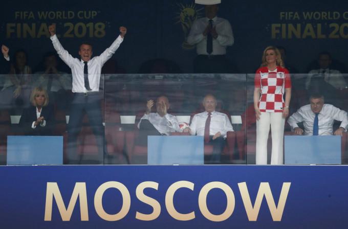 <p> Tổng thống Pháp Macron không kiềm chế sự sung sướng tột độ khi đội nhà vô địch. Trong khi Tổng thống Grabar-Kitarovic tỏ ra tiếc nuối trước màn trình diễn của đội tuyển quốc gia.</p>